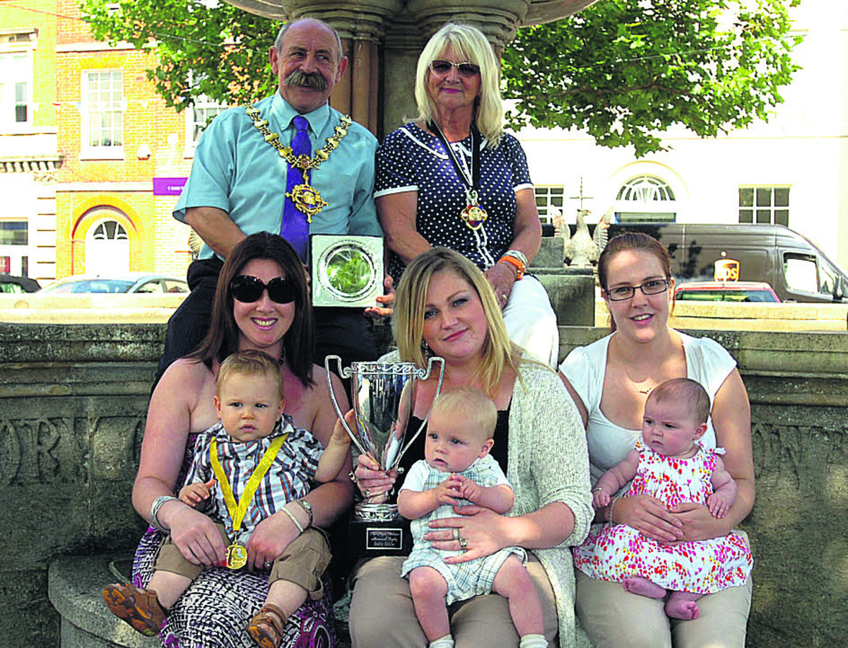 Mayor Pete Smith and his wife Sonia with Hayley-Ann Good with Arthur, Stephanie Gale with Teddy and Rebecca Postlethwaite with Isabella                 Picture by Paul Morris (PM636)