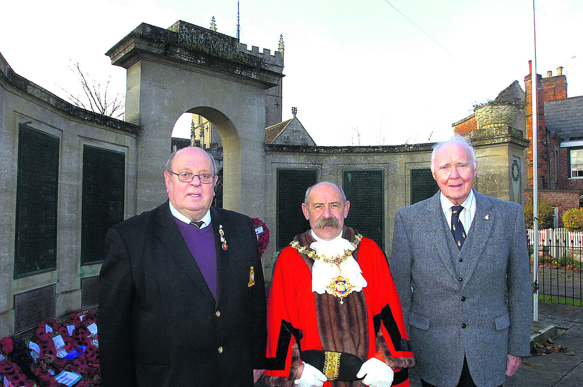 Jeff Matthews, Mayor Pete Smith and Bob Shergold at Devizes War Memorial              (PM907) By paul morris
