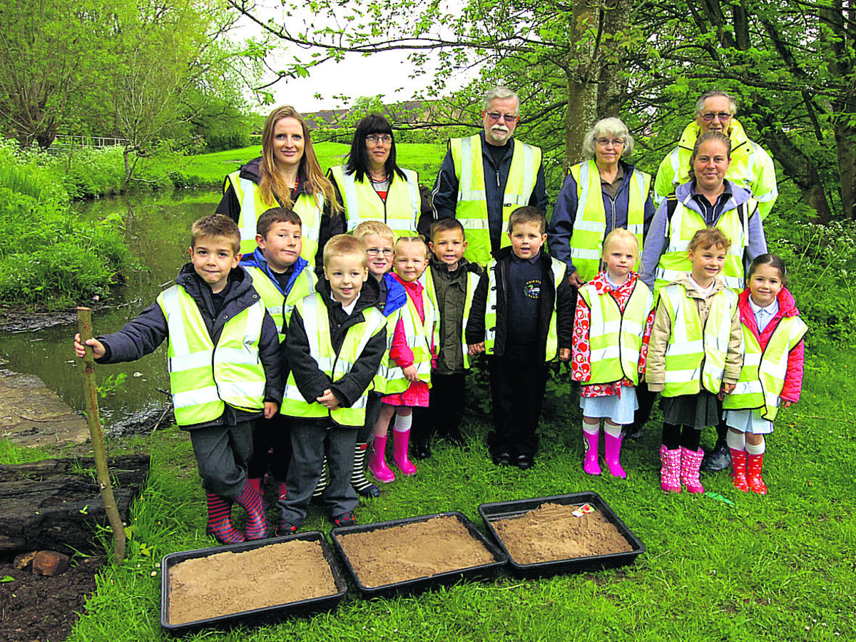 The Friends of Abberd Brook with staff and children from Priestley Primary School sowing poppies. (PM1224) By Paul Morris