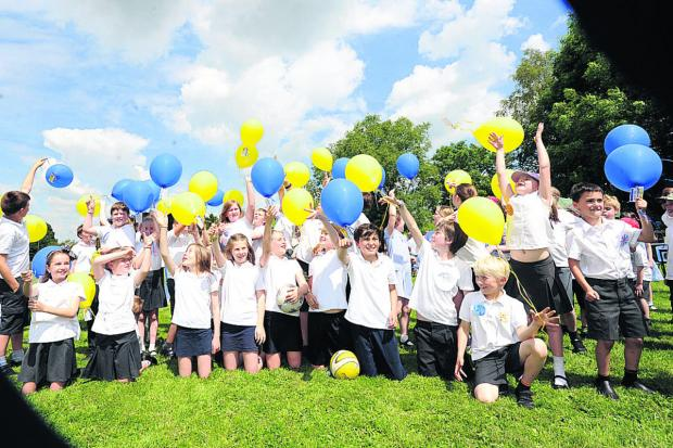 Children set off balloons to celebrate 40 years of Urchfont Primary School 							                (PM1199) By Paul Morris