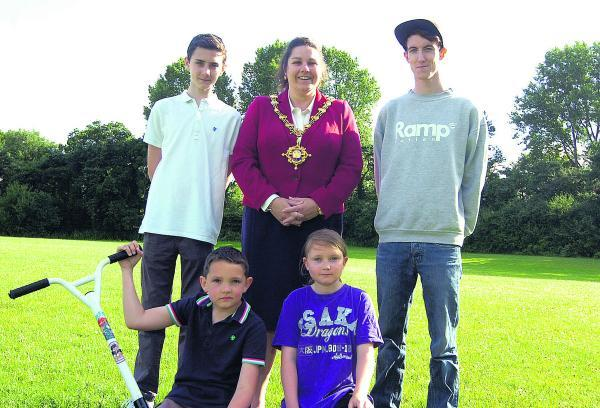 The Wiltshire Gazette and Herald: Mayor Sarah Bridewell with Scott Bridewell, Jack Morris, Owen Bridewell and Jamie Edwards at the site of the new skate park. Picture by Paul Morris