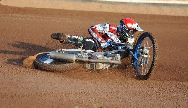 The Wiltshire Gazette and Herald: Peter Kildemand takes a fall in Swindon Robins victory over Leicester Lions