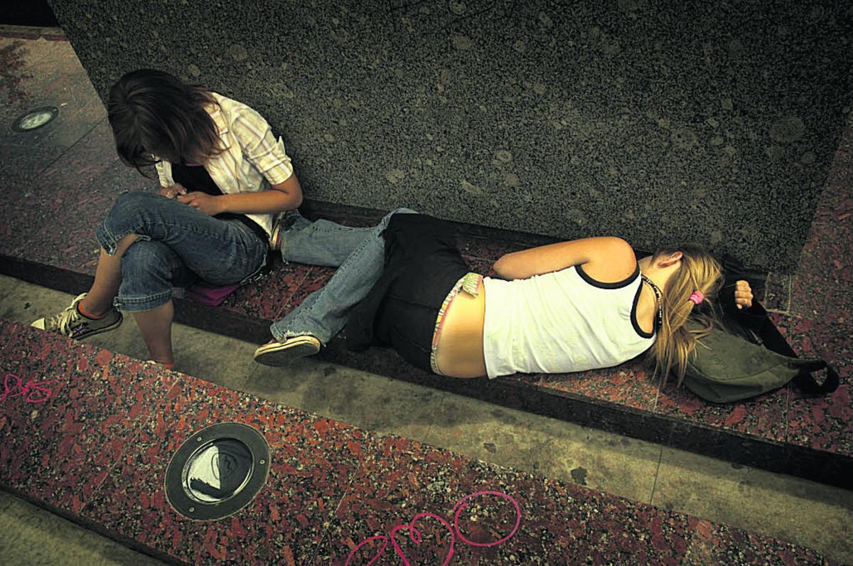 Девочки писают на улице онлайн 1 фотография